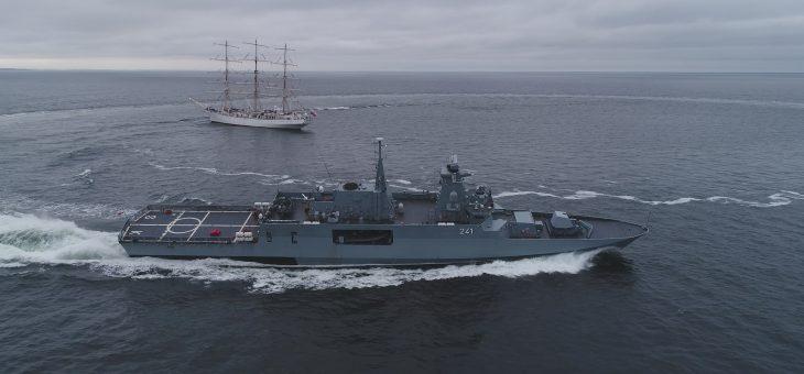 ORP Ślązak – najnowocześniejszy okręt Marynarki Wojennej RP z podniesioną banderą